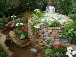 Декоративный фонтан своими руками - какими цветами украсить