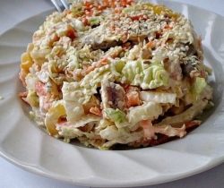 Салат из капусты и копченостей